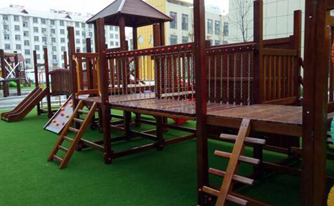 幼儿园木制滑梯,幼儿园快乐的搬运工!